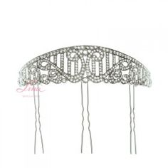 PEINA  GRANADA RODIO Peina con baño de rodio un poco envejecido. Su forma semicircular y su curvatura hacen que se adapte perfectamente a la forma de la cabeza. Es ideal para llevar con velo o mantilla. El baño de rodio no se altera con el paso del tiempo y los cristales que lleva son de Swarovsky.   MEDIDAS  (sin púas) ALTO: 3,50 CM (por la parte más alta) ANCHO: 15,50 CM PÚAS; 6,50 CM PVP: 95.00 €