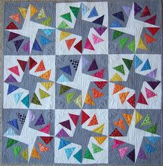 Double circle of flying geese; Pattern by Jeli Quilts(Pattern HERE) 🙌. Start making a modern flying Gees pattern quilt, selected fabrics are used to decorate beds and warm your relatives. These pieces define the aesthetic tone of a room Star Quilts, Scrappy Quilts, Mini Quilts, Quilt Blocks, Circle Quilts, Quilt Kits, Paper Piecing Patterns, Patchwork Patterns, Quilt Patterns Free