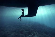 95% do trabalho fotógrafo espanhol Enric Adrian Gener, conhecido também como 27MM, é feito debaixo d'água. Amante dos oceanos, o artista cria imagens a partir dosmais impensáveis ângulos com a ajuda de seus amigos que atuam como modelos para as fotos. O resultado impressionante deste processo pode passar a sensação que estamos nos depa...