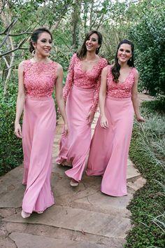 Casamento ao ar livre: damas grandes de rosa