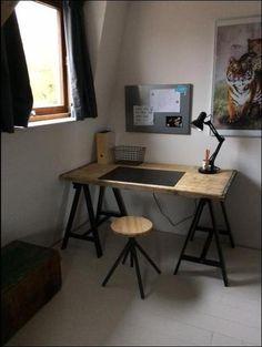 Stoer bureau en makkelijk zelf te maken: Blad is een steenschot (wel even schoonmaken en schuren) en daaronder 2 zwarte schragen van ikea.