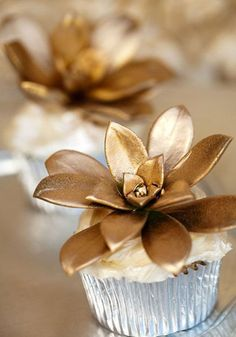 Stylish wedding cupcake with gold flowers