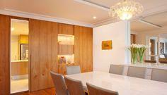 Sala de Jantar... Adorei a porta que separa da cozinha e o detalhe de 2 pequenos espaços que servem como estante!