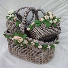 Decor Crafts, Diy And Crafts, Contemporary Flower Arrangements, Wedding Gift Baskets, Wicker Picnic Basket, Newspaper Basket, Paper Weaving, Sewing Baskets, Flower Girl Basket