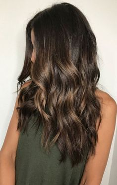 What exactly is Balayage Hair and why do we love it so much? As the name implies, Balayage is a French technique whose goal is to color the hair by adding very soft and. Brown Balayage, Hair Color Balayage, Hair Highlights, Ombre Hair, Subtle Balayage Brunette, Caramel Balayage Highlights, Fall Balayage, Subtle Highlights, Bayalage Dark Hair