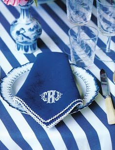 Blue and white table, monogrammed napkins - Carolyne Roehm - Traditional Style - Shades of Blue Blue And White China, Blue China, Love Blue, Tables Tableaux, My Favorite Color, My Favorite Things, Monogrammed Napkins, Embroidery Monogram, Embroidery Hoops