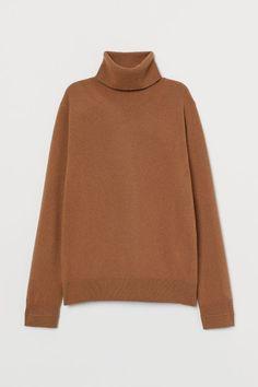 Long-sleeved, fine-knit sweater in soft cashmere. Turtleneck, twisted side seams, and ribbing at cuffs and hem. Turtleneck Shirt, Cashmere Jumper, Beige Sweater, Minimal Fashion, Urban Fashion, Alpaca Scarf, Clothes 2019, Wardrobe Basics, Closet Basics
