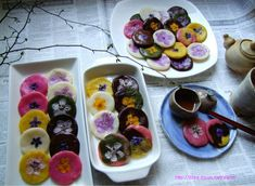 화전 Hwajeon, Korean rice cakes with edible flowers  http://m.blog.daum.net/_blog/_m/articleView.do?blogid=03Vn2&articleno=15250372