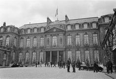 Fotocollectie » Frankrijk. Nummer 10 Elysee, nummers 11.12.13 Autos geparkeerd op trottoirs | gahetNA
