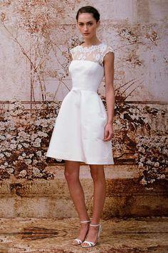 kurzes Kleid Spitze mit aufgestelltem Rock hohe Schuhen