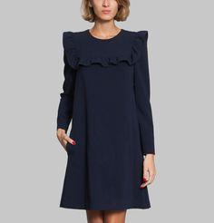 Robe bleu marine, courte et légèrement évasée, ceinture amovible, un volant devant et dans le dos, ouverture dans le dos facilitée par une goutte boutonnée.