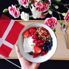 Tillykke med fødselsdagen til den dejligste jeg kender! Du gør mandag til en meget bedre dag  // Happy birthday to my bearded man. You make Monday a better day  #tillykke#godmorgen#hammedskægget#fødselsdag#morgenmad#skyr#protein#jordbær#frugt#lækkert#spise#sulten#sund#sundt#sundhed#sundmad#vegetar#vegetarmad#vegetarisk#mandag#københavn#kaffe#copenhagen#coffee#birthday#breakfast#healthy#eatclean#follow by kitchenbyeve