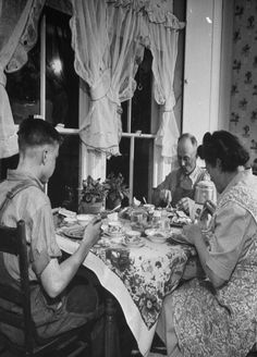 "Remember when the whole family sat down to dinner? Biddy Craft/""Supper Time At Old Farm House"" Vintage Pictures, Old Pictures, Old Photos, Nostalgia, Farm Boys, Farm Family, Vintage Farm, Vintage Kitchen, Old Farm"