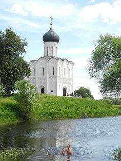 Church of the Intercession on the Nerl, Golden Ring (Russia). Schutzkirche in Bogoljubowo (2012, Goldener Ring) - Weltkulturerbe. Wird besucht während der Goldener Ring-Radreise (ausführlich: https://www.ost-impuls.de/archives/592-Goldener-Ring-Fahrrad-Tour-Juli-2012-Reisetagebuch,-zehnter-Tag.html)