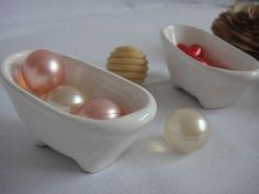 Cápsulas de óleo para banho, formato de bolas nas cores pérola e rosa, formato coração na cor vermelha.  Linda banheirinha em porcelana, em dois tamanhos 8 x 4cm e 12 x 6cm, várias opções de cores.  Ótima opção para lembrancinhas de casamento, aniversário.  Pedido mínimo de 50 capsulas  A embalagem fica a sua escolha, várias opções.  CONTATO: email: caramello.caramello@hotmail.com fone: (11) 98463-1833 - TIM