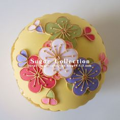 Really, really pretty flowers cupcake. This gives me SO many ideas!!