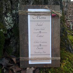 Woodland mariage support de Menu bois de grange avec ficelle de Jute et Rosebud rouge