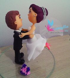 Topo de bolo estilo fofinhos. Noivo erguendo/segurando a noiva.
