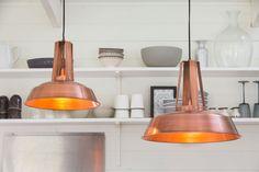 Houd je ook zo van die industriële look? Dan is hanglamp Inez zeker een aanrader. Door het stoere uiterlijk van de lamp maakt deze een echte blikvanger in je interieur. Ondanks het opvallende uiterlijk is deze lamp geschikt om te gebruiken in verschillende ruimtes. Hanglamp Inez is afkomstig van het merk Light & Living. De Inez hanglamp in de kleur koper is een echte topper als je op zoek bent naar een lamp met karakter!