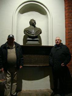 I en nisch upptäckte vi Gustaf II Adolf och han  ville naturligtvis bli fotograferad flankerad av dessa två skånska herrar.