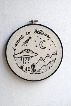 Stickrahmen mit Zitat: 'I want to believe' und kleinem Universum. Zu finden auf Etsy.