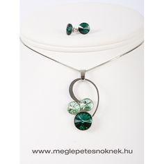 Gyönyörű, exkluzív Swarovski kristályos nyaklánc és fülbevaló szett.  A bedugós fülbevaló 1-1 db kb 9 mm-es sötét zöld kristályt tartalmaz. A nyaklánc medálja 1 db sötét zöld kb 13 mm nagyságú kristályt tartalmaz, és 2 db 9 mm-es világos zöld színű kristályt tartalmaz. A medál és a fülbevaló nemesacél foglalatban található.