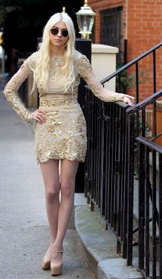 Taylor Momsen Photos - Taylor Momsen wears a fitted gold dress as she waits on the street to film scenes for her return to 'Gossip Girl. - Taylor Momsen Returns to 'Gossip' Gossip Girls, Gossip Girl Outfits, Gossip Girl Fashion, Taylor Momson, Jenny Taylor, Taylor Momsen Style, Sparkly Shorts, Jenny Humphrey, Tv Show Outfits