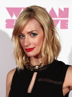 Beth Behrs Photos - Actress Beth Behrs poses backstage during We Can Survive 2014 at the Hollywood Bowl on October 2014 in Los Angeles, California. - We Can Survive 2014 Beth Behrs, Two Broke Girl, 2 Broke, Hairstyles With Bangs, Straight Hairstyles, Medium Hair Styles, Curly Hair Styles, The Hollywood Bowl, Caramel Hair