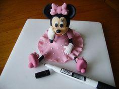 Viaceré maminky odo mňa pýtali fotopostup na myšku Minnie, a keďže zase som raz jednu takú tortičku robila (a isto nie poslednú...), nafotila som ho aj pre vás. Určite by to šlo aj jednoduchšie, ale takto ju robím ja. Tak možno sa postup zíde aj vám ;-). 1. K vytvoreniu myšky vám postačí takáto kostica (obr.1) a malý nožík. Robila som ju z WI. Okrem toho sa vám ešte zíde podložka, škrob a bielok na lepenie. Čierne guľky budú hlava a uši, ružové sú na mašličku, telíčko a rukáviky. 2. Z hmoty…