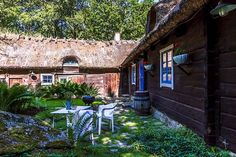 Keltainen talo rannalla: valaisimet Villa, Exterior, Patio, Outdoor Decor, Home Decor, Decoration Home, Room Decor, Outdoor Rooms, Home Interior Design