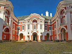 Benediktinský klášter Broumov Benediktinský klášter je jednou z nejvýznačnějších barokních památek Královéhradeckého kraje a také dominantou města Broumova. Historie kláštera sahá do začátku 13. století. Největší rozkvět zaznamenal klášter po roce 1620 v období tzv. katolické reformace, kdy byl klášter přestavěn do barokního stylu. Dnešní podoba broumovského kláštera ve vrcholně barokním stylu je dílem K. I. Dientzenhofera.