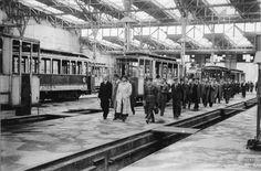 Delegacja urzędników dogląda remontu wrocławskich tramwajów. Lata 1945-1947
