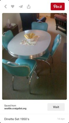 retro oval dining table with 4 dinette chairs in turquoise cushioned vinyl. Steel chrome with 3 aluminum apron, twin pedestal base, and light-grey laminate tabletop. Kitchen Retro, Retro Kitchen Tables, Retro Table, Vintage Kitchen, Retro Kitchens, Living Tv, Living Room, Dinette Sets, Estilo Retro