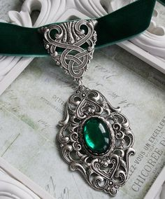 CELTIC GARDEN Victorian celtic choker necklace with green velvet and… ❤ like… – 2019 - Jewelry Diy Victorian Jewelry, Gothic Jewelry, Emerald Jewelry, Emerald Necklace, Green Necklace, Glass Necklace, Pearl Necklace, Looks Rockabilly, Mode Harry Potter
