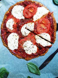 Bezglutenowa pizza z marchewki i siemienia lnianego. Niskowęglowodanowa, wysoka zawartość białka, zdrowa pizza z marchewki.