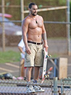 Star Tracks: Monday, September 7, 2015 | HUNK ONBOARD | Well, hello, Jason Momoa! The actor shows some skin as he skateboards in Hawaii on Friday.