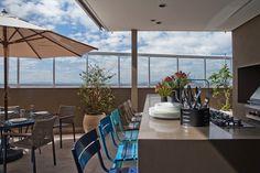 Integração é o ponto chave. Veja o restante dessa casa: http://www.casadevalentina.com.br/projetos/detalhes/para-receber-os-amigos-616 #decor #decoracao #interior #design #casa #home #house #idea #ideia #detalhes #details #style #estilo #casadevalentina #balcony #varanda
