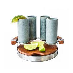 Le cadeau parfait pour des amants de tequila! Cet ensemble rustique dispose de quatre verres faits à la main en pierre de savon.Gardez votre tequila ou liqueur préférée froide, et ce, plus longtemps!