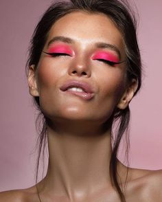 Go Wide: Colorful Brush Strokes Are Kicking Basic Cat Eyes to the Curb aufbewahrung augen blaue augen eyes für jugendliche hochzeit ıdeen retention tipps eyes wedding make-up 2019 Makeup Trends, Makeup Inspo, Makeup Tips, Makeup Ideas, Beauty Trends, Makeup Products, Makeup Tutorials, Beauty Products, Goth Makeup