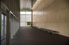#假日隨筆 - 見學回憶by 潘龍 去年走訪了京都國立博物館平成知新館,這個由谷口吉生所設計的新建築,保持谷口建築師一貫的簡約平穩美感,挑高的大廳、大面積的窗景讓人感受到大建築物的氣勢,從大廳望向一旁的明治古都館,兩個不同時代的新舊建物同時存在,氛圍並不違和。 外部的水池讓建物在傍晚夕陽西照時,有了最佳的身影,谷口建築師同時把歷史痕跡留在地面,用記號標示出原本老建物的梁柱位置,提醒我們即使在拆除老建物進行改修的同時,也別忘了設法讓歷史的紋理或建物能夠被後人看見,這是給我們很好的啟發。