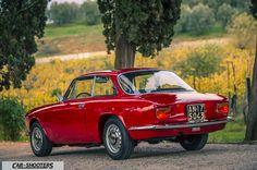 Alfa Romeo Giulia GT Junior tre quarti posteriore con sfondo su vigna