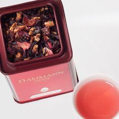 Carcadet NUIT D'ETE n°404 infusion de fruits réunissant fleurs d'hibiscus à des morceaux de pomme, de l'écorce de cynorrhodon délicieusement parfumée aux arômes framboise, fraise et, pour la gourmandise, de crème.