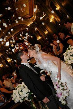 Noiva vestido branco buque cascata bride wedding white dress bouquet petals chuva de petalas