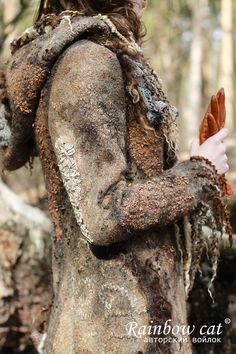 После создания пальто 'Коты, шаманы', несколько лет у меня не было никакого желания браться за подобные вещи. Но время идет, забывается тяжесть работы и вот уже снова руки горят создать что-нибудь фееричное. К тому же, теперь у меня есть ролл-машина, созданная золотыми руками свекра и мужа... В общем, мало по малу, все лето перебирала кудри, искала материалы и вот уже к весне родилось оно...