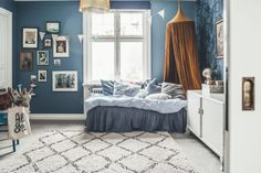 Kids room vintage blue wallpaper Sänghimmel kelim