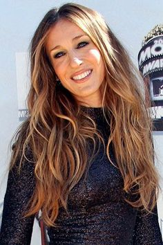 sarah jessica parker hair is always on trend Pulled Back Hairstyles, Messy Hairstyles, Hairdos, Sarah Jessica Parker Hair, Beauty Tips 101, Bob Hair Color, Strawberry Blonde Hair, Corte Y Color, Hair Health