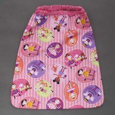 Serviette de table enfants élastiquée les petites filles Lilooka. Serviette de table les petites filles avec attache élastique autour du cou. L'enfant la met et la retire seul à la cantine et à la maison. Lavable, 100% coton. Serviette astucieuse et confortable pour petits et grands qui ne veulent plus de bavoir. Création Lilooka. http://www.lilooka.com/fr/accessoires-enfants-table-serviettes/17-serviette-de-table-enfants-elastiquee-les-petites-filles-lilooka.html