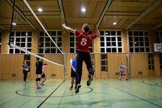 Studenten der FHV beim wöchentlichen Sport Volleyball, Basketball Court, Sports, Students, Hs Sports, Volleyball Sayings, Sport