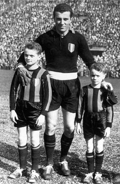 """Inter Milan goalkeeper Giorgio Ghezzi with young mascots Sandro & Ferruccio Mazzola Soccer Boots, International Football, Vintage Football, Sport Football, Big Men, Goalkeeper, Sandro, Valentino, Punk"