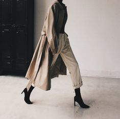 A Definitive Guide to Minimalist Style + 10 Minimalist Looks To Try. This post has ideas for the perfect casual outfit, business outfit, or work outfit. Outfits street style Minimalist Fashion Doesn't Have to Be Boring: 10 Looks To Try In Summer 2020 Casual Work Outfits, Mode Outfits, Fashion Outfits, Fashion Ideas, School Outfits, Fashion Moda, Look Fashion, Autumn Fashion, 90s Fashion